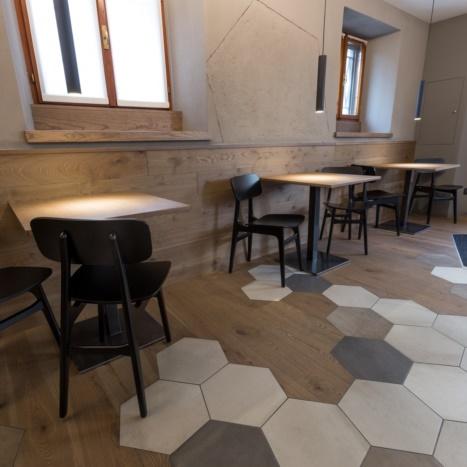 Bar Artico pavimento rovere e piastrelle