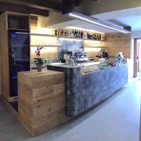 Bar in legno vecchio con frontale in ferro trattato