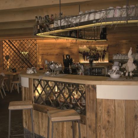 Arredo Bar in legno di Abete Vecchio con parti in ferro e pietra