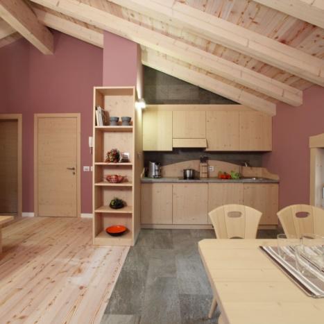 Cucina Tullia Sbiancata con piano in pietra. Pavimento in Larice. Su misura.