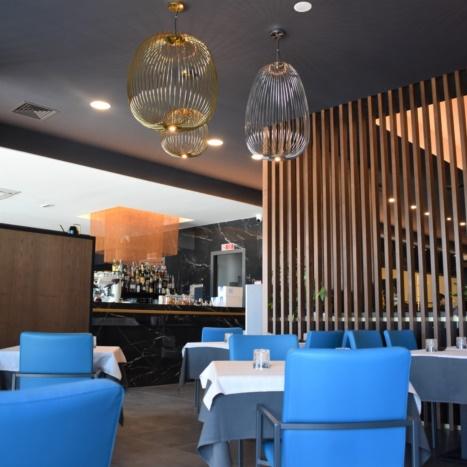 Koi Restaurant arredi in frassino tinto e particolari in oro