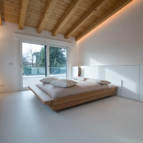 Letto in legno massello con elemento contenitore laccato bianco