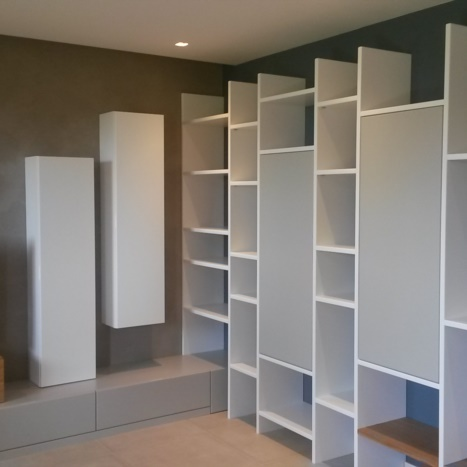 Parete soggiorno libreria laccata bianco e grigio