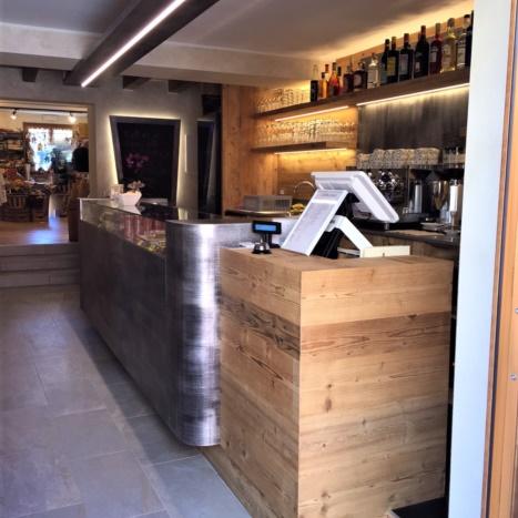 Particolare bancone Bar in legno di recupero e ferro