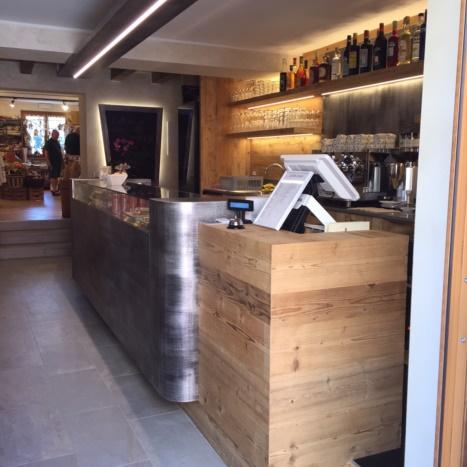 Particolare bancone Bar in legno di recuperoe ferro