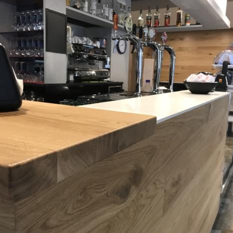 Restyling bancone bar Posta con tavole di rovere nodato