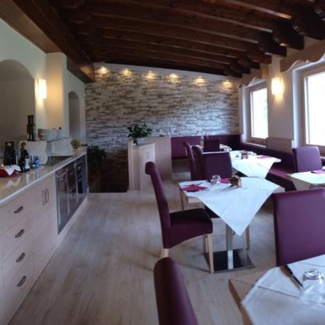Sala da pranzo con mobile buffet in Abete Spazzolato. Sedie imbottite in similpelle.