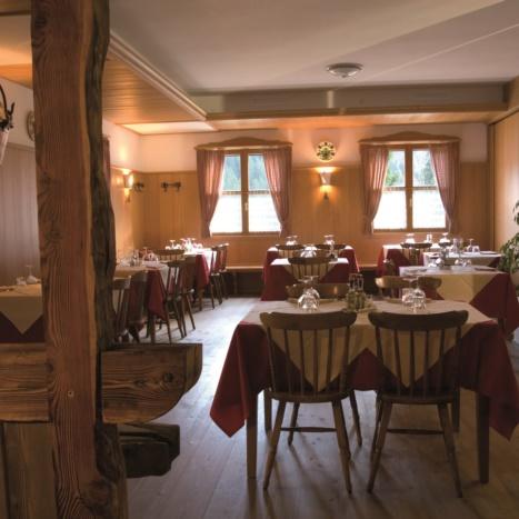Sala da pranzo con rivestimento pareti in Abete e pavimento in Larice