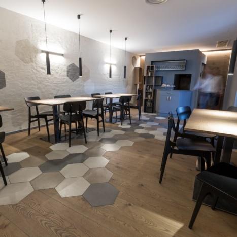 Sala pranzo Bar Artico con tavilini in rovere e ferro nero