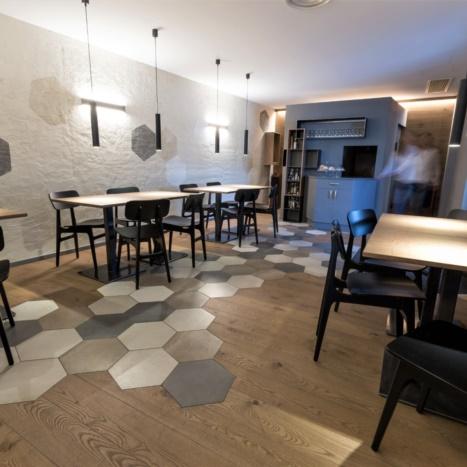 Sala pranzo Bar Artico con tavolini in rovere e ferro nero