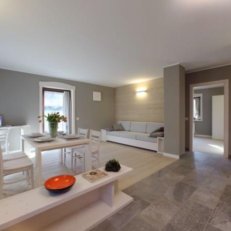 Zona giorno living in abete sbiancato design moderno. Pavimento e rivestimento in larice