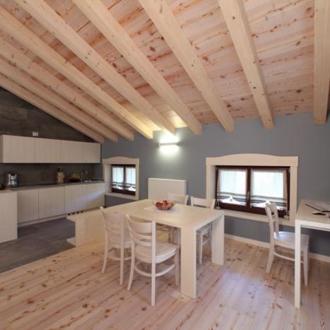 Realizziamo appartamenti su misura:Zona Living in Abete tinta Avorio e pavimento in Larice Sbiancato